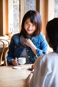 カフェで話をする女性たちの写真素材 [FYI02545893]