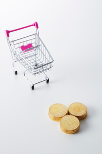 ミニチュアのカートとビットコインの写真素材 [FYI02545937]