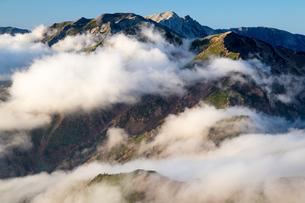 雲湧く後立山連峰(五竜岳より唐松岳、白馬岳を望む)の写真素材 [FYI02546221]