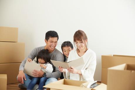 新居に引っ越した家族の写真素材 [FYI02546507]