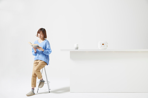 カウンターの上に置かれた炊飯器とAIスピーカーの写真素材 [FYI02547498]