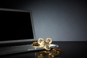 ビットコインとパソコンの写真素材 [FYI02547527]
