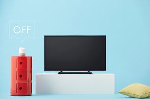 テレビを操作するスマートスピーカーの写真素材 [FYI02547530]