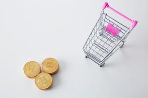ミニチュアのカートとビットコインの写真素材 [FYI02547537]