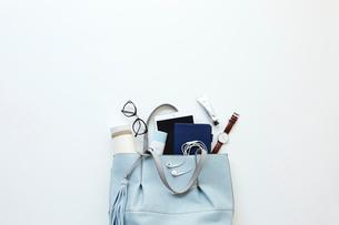 女性の仕事カバンと荷物の写真素材 [FYI02547543]