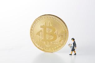 ビットコインとミニチュアのOLの写真素材 [FYI02547544]