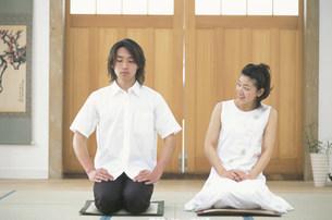 正座する日本人男女の写真素材 [FYI02547871]
