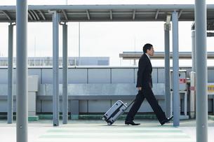 空港にむかうサラリーマンの写真素材 [FYI02548777]