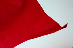 靡いている赤い旗の写真素材 [FYI02548781]