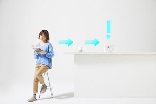 スマートスピーカーで家電を操作する女性の写真素材 [FYI02548784]
