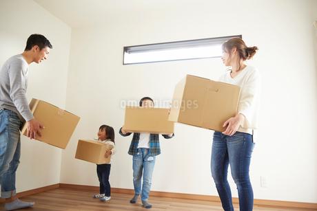 新居に引っ越した家族の写真素材 [FYI02548921]