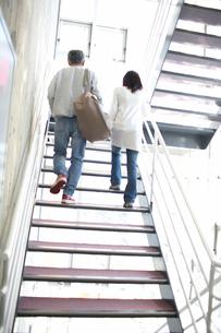 階段を上るシルバー夫婦の後姿の写真素材 [FYI02549990]