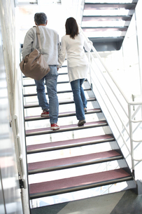 階段を上るシルバー夫婦の後姿の写真素材 [FYI02550016]