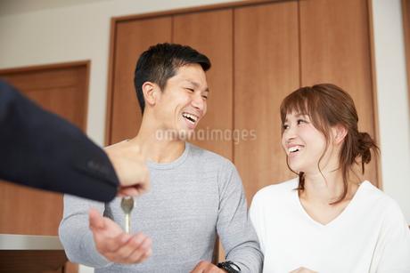 新居の契約をする夫婦の写真素材 [FYI02550194]
