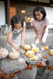 ハロウィーン キャンドルを持つ女の子の写真素材 [FYI02550537]