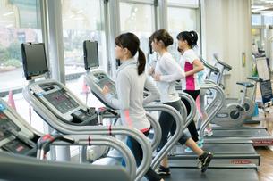 スポーツジムで走る女性の写真素材 [FYI02554522]
