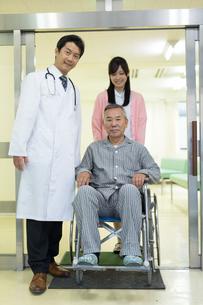 退院する男性と医療スタッフの写真素材 [FYI02554546]