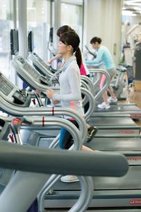 スポーツジムで走る女性の写真素材 [FYI02554800]