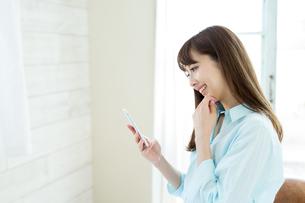 携帯電話を使う女性の写真素材 [FYI02554841]