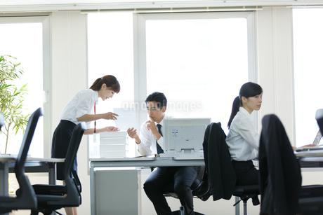 オフィスで働く会社員の写真素材 [FYI02554846]