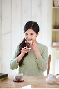 お茶を飲む女性の写真素材 [FYI02555115]