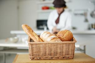 若いパン職人の写真素材 [FYI02555149]