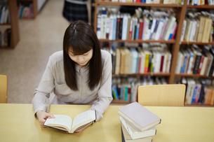 図書館で本を読む若い女性の写真素材 [FYI02555217]
