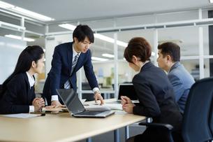会議中のビジネスマンの写真素材 [FYI02555261]