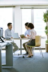 会議中のビジネスマンの写真素材 [FYI02555332]