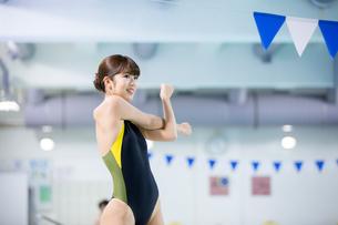 プールサイドに立つ競泳水着の女性の写真素材 [FYI02555418]