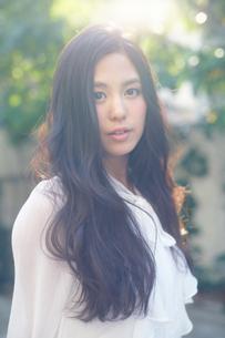 ふるゆわな髪型の女性の写真素材 [FYI02555540]