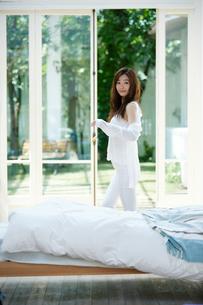 寝室の爽やかな女性の写真素材 [FYI02555558]