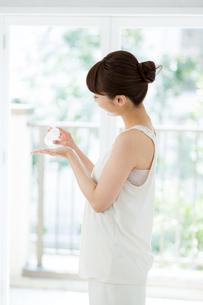 化粧水を使う若い女性の写真素材 [FYI02555572]