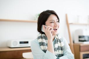 携帯電話を使う若い女性の写真素材 [FYI02555663]