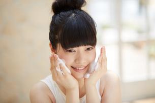 洗顔中の若い女性の写真素材 [FYI02555702]