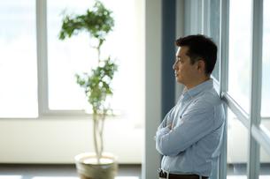 物思いにふけるビジネスマンの写真素材 [FYI02555777]