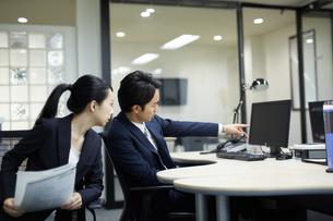 仕事の相談をするビジネスマンの写真素材 [FYI02555819]