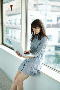ノートパソコンを使う女性の写真素材 [FYI02556000]