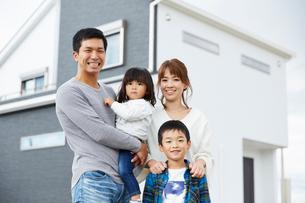 新居を購入した家族の写真素材 [FYI02556655]