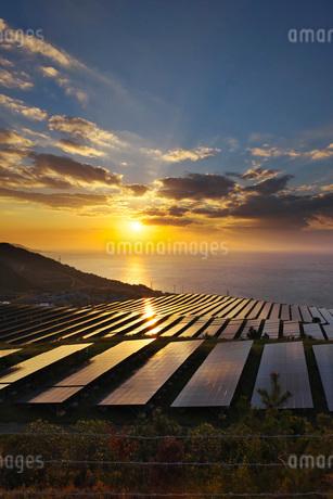淡路貴船太陽光発電所と播磨灘の日没の写真素材 [FYI02557133]