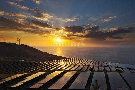 淡路貴船太陽光発電所と播磨灘の日没の写真素材 [FYI02557204]