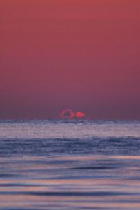 朝の雲と海の写真素材 [FYI02557264]
