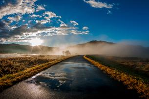 霧 川霧 青空 雲の写真素材 [FYI02557812]