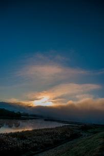 朝日 日の出 川霧 の写真素材 [FYI02558299]