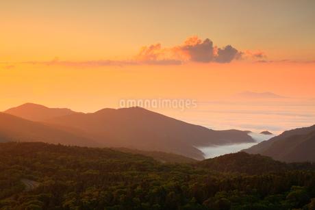 知床峠から望む朝焼けの空と根室海峡の写真素材 [FYI02560070]