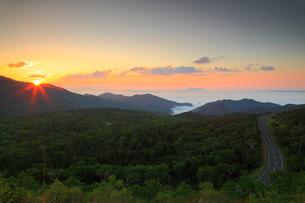 知床峠から望む根室海峡と朝日の写真素材 [FYI02560088]