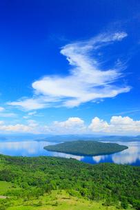 美幌峠から望む屈斜路湖の写真素材 [FYI02560173]