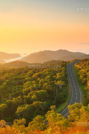 知床峠から望む朝焼けの空と知床横断道路の写真素材 [FYI02560194]