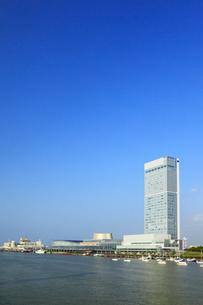 朱鷺メッセと信濃川の写真素材 [FYI02560851]