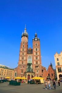クラクフ 中央広場と聖マリア教会の写真素材 [FYI02561046]